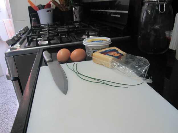 É bom deixar tudo separado antes de começar.. Ovos orgânicos, grana padano, ciboulete, manteiga e paciência!