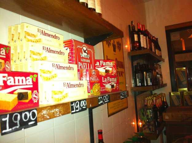 Nas estantes decorativas, todos os produtos expostos são vendidos para quem está jantando.. Acho isso uma prática muito legal..
