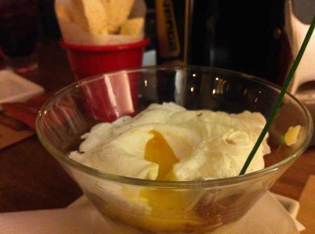 O ponto alto da noite: Huevo Loco... Perdão pela foto que não contemplou o prato todo, mas foquei nessa gema deliciosa...
