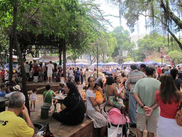 Crianças, idosos, jovens... Não tem qualquer padrão.. O público de domingo da São Salvador é o mais eclético possível