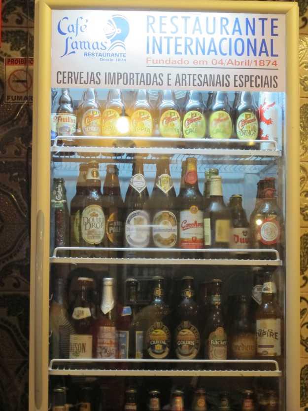 Cervejas artesanais brasileiras e tradicionais importadas agora fazem parte da decoração do salão e da realidade do Lamas..