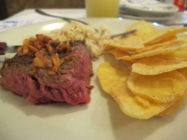 Meio filé mignon... Como pode ser visto, o ponto da carne estava perfeito.. Realmente um bife suculento, mas o tamanho diminuto faz o preço soar como absurdo
