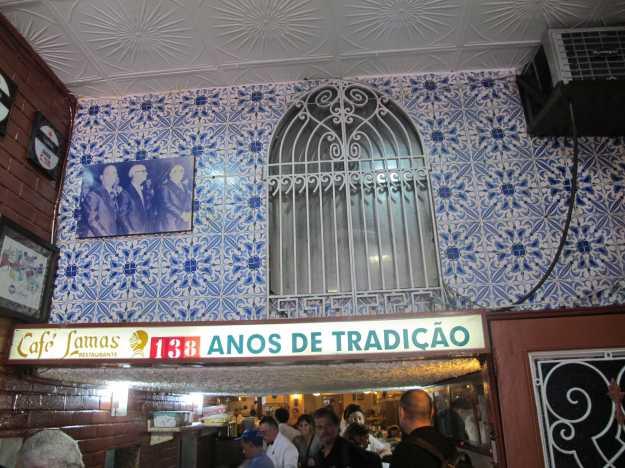 O sinal mostra que se trata de pura tradição... Já são 138 anos no mesmo lugar o que colocam o Lamas como uma instituição do Rio...
