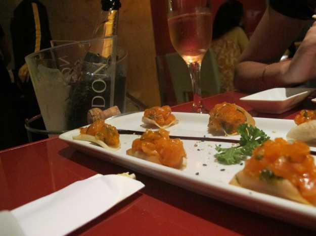Chips de aipim e tartar de salmão.. Mistura com toque brasileiro bem interessante...