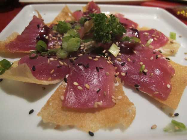 Outra invenção diferente do Manekineko: a pizza de atum com creme de wasabi..