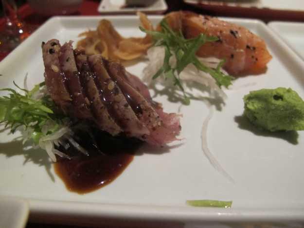 Roast Beef de salmão e de atum.. Levemente grelhado e com mix de gergelim..