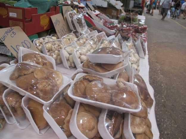 Frutas e vegetais frescos não faltam.. Os cogumelos saem mais baratos por aqui também..