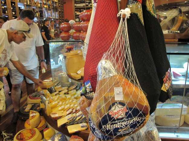 Lojas com uma pegada mais gastronômica estão crescendo no (a) Cadeg.. Produtos importados como azeites, frios e cervejas dividem o espaço..