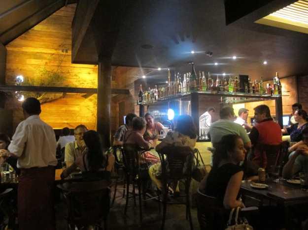 Com iluminação discreta, mas bem decorado, o salão estava movimentado e conta com um bar onde se pode esperar pela mesa..