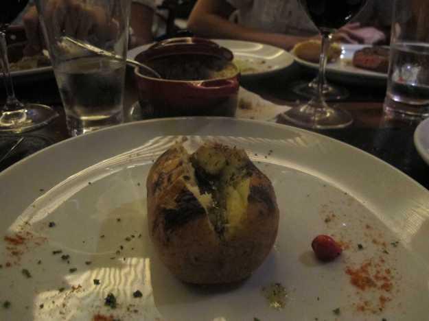 Decepcionou.. Prato de preparo simples, a batata assada estava seca e com pouca qauntidade da saborosa manteiga..