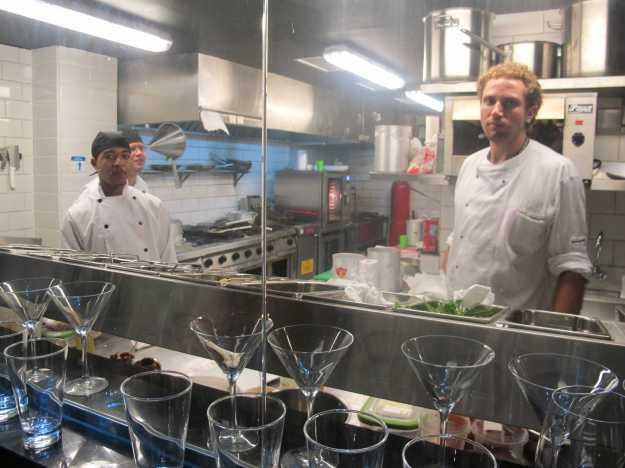 Chef Juan (o da direita) comanda o espaço bem apertado.. Ao fundo, ao lado do forno, a pequena parrilla...