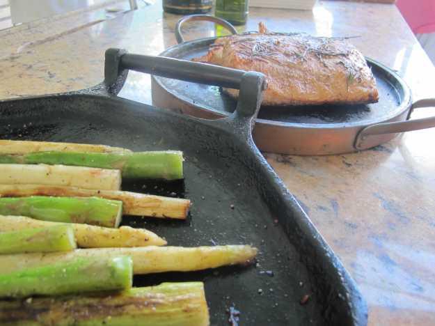 E cada vez mais comida.. Desta vez Salmão ao lado de aspargos brancos e verdes em chapa de ferro..