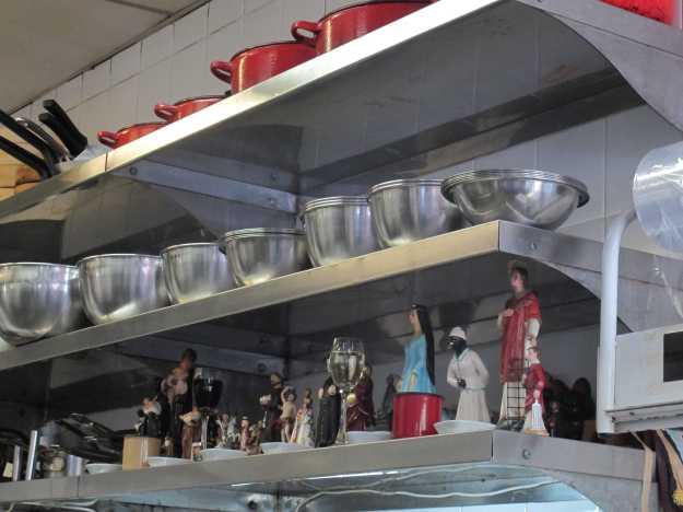 Já na cozinha, chama atenção o santuário montado.. Proteção nunca é demais!