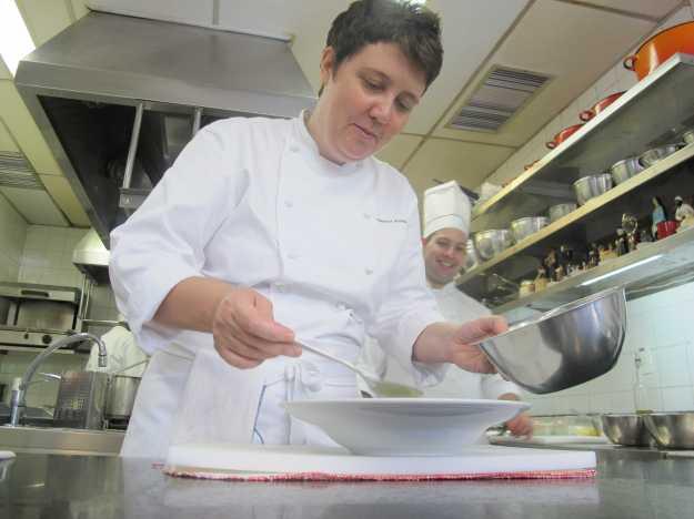 Chef Roberta Sudbrack com a mão na massa.. Um privilégio acompanhar a movimentação de tão perto..