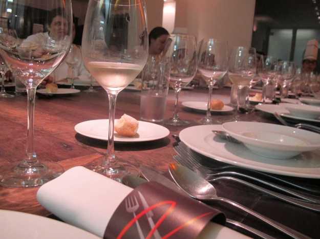 Mesa pronta e meu prato servido após diversão e trabalho.. No detalhe, a Chef através da taça..