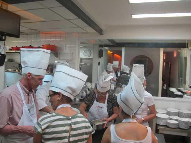 Com a mão na massa, Dona Cavalierona finaliza o nosso terceiro prato...