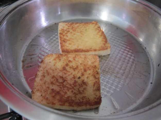 É legal grelhar o pão na frigideira ao invés de usar torradeira... A manteiga fica mais entranhada...