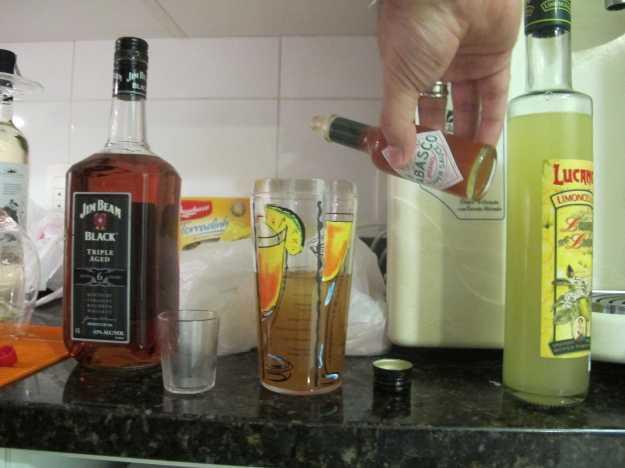 Algumas gotas de Tabasco para finalizar.. Ali o Jim Beam e o Limoncello... Faltou apenas a foto do suco de maracujá!