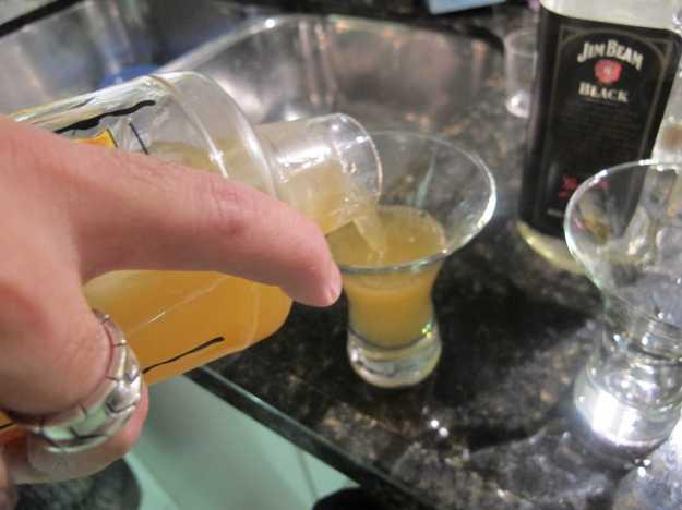 O drink pode ser servido em taça de Martini ou neste estiloso copo do Luciano aí... Depois é só beber!