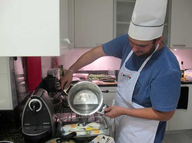 Momentos antes de servir, é importante aquecer água e colocar nos ovos que estão repousando.. Assim voltam a ficar quentes para a finalização.. E com o kit Sudbrack!