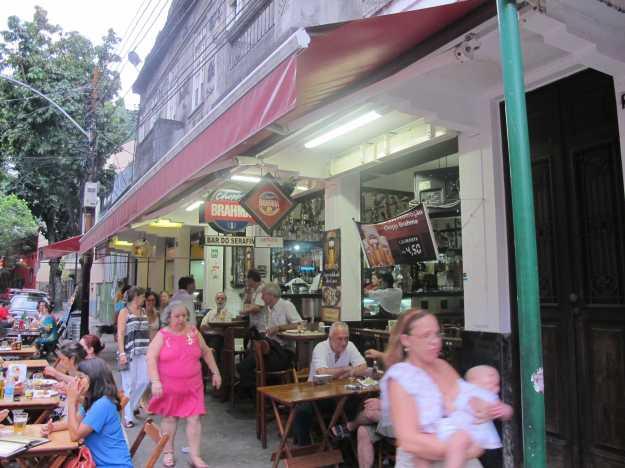 Mesas na calçada da Rua Alice costumam ser as mais disputadas. E banner já mostra o bom preço do chope!