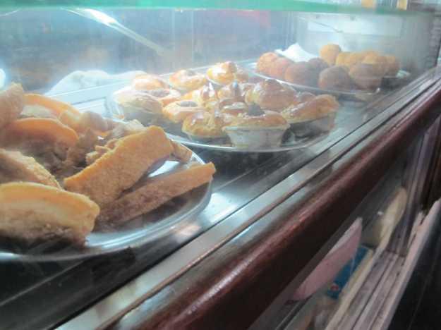 Nacos de torresmo dividem espaço com empadinhas e os famosos bolinhos de carne e bacalhau da casa..