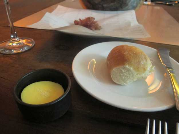 A manteiga com flor de sal no pão caseiro e quente por si só já é perfeito.. Mas este salame artesanal é brincadeira!