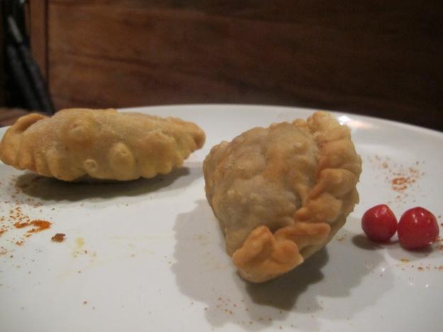 As empanadas salteñas estavam deliciosas. A de cordeiro acabou vindo com um pedaço de cartilagem..