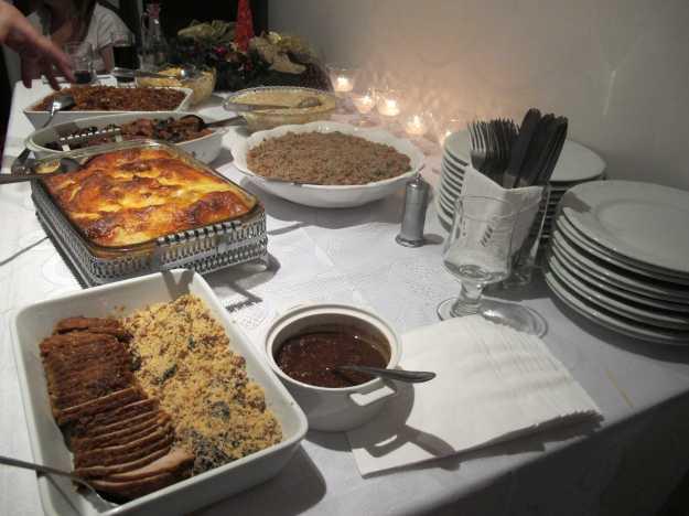 Mesa posta, garfos na mão e muita comida para trazer sorte em 2013!