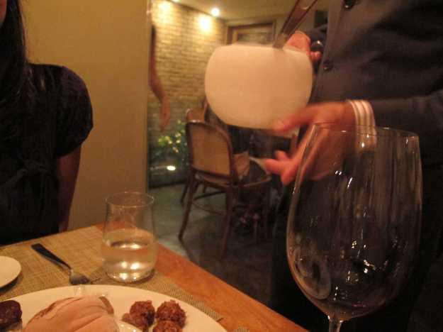 Parte ativa de muitos pratos, as finalizações com nitrogênio ocorrem ao lado da mesa.. No caso da sobremesa, mousse virou sorvete na frente dos olhos!
