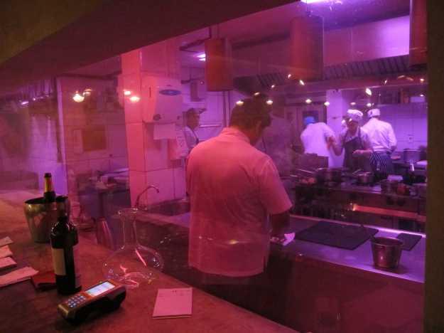 Comandando a cozinha, aberta para o salão.. Felipe Bronze, o Mago, participa da finalização dos pratos na cozinha e também na mesa..