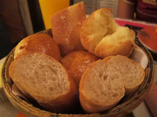 Os pães sempre quentinhos, frescos e crocantes.. Baguete, pão de batata e aberta ali em cima a broa espetacular!