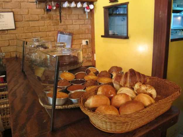 Logo na entrada fica esse balcão com bolos variados e pães que você pode levar para casa...