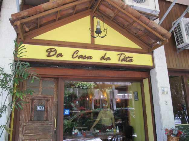 A fachada acanhada na Gávea.. A foto foi tirada depois de 12h no sábado.. Por isso não tem gente na porta!