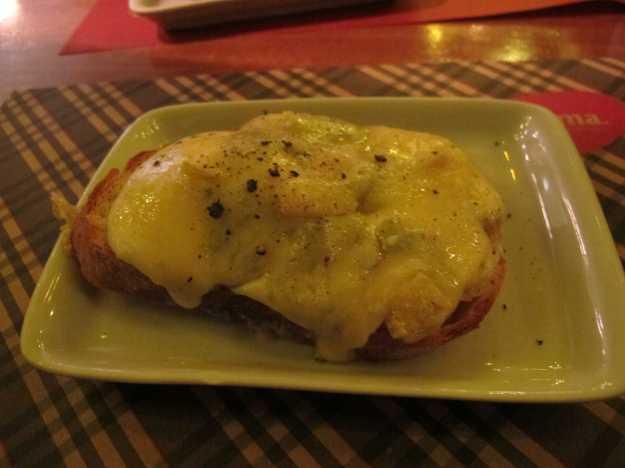 O recheio estava pesado.. O gorgonzola dominou e queijos interessantes como o taleggio e o grana padano mal foram notados..