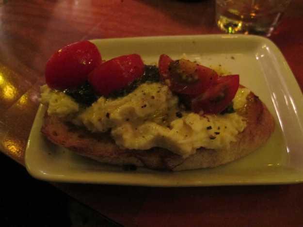 Essa é tiro certo: burrata cremosa, pesto saboroso e tomates docinhos.. não tem erro..