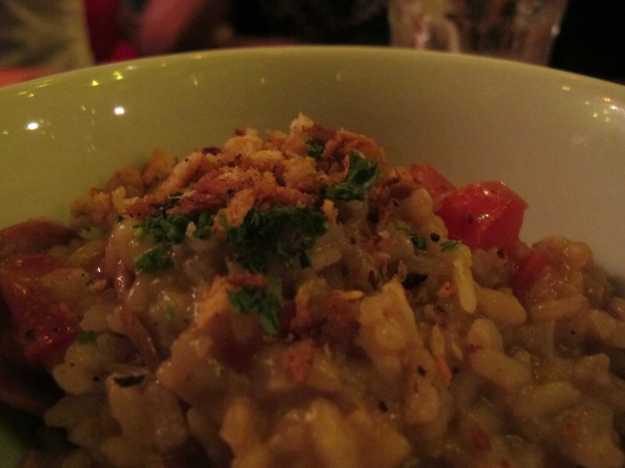 Cremoso, quente e com farofa de pão italiano saborosa.. Mas o sal em grande quantidade matou o prato..