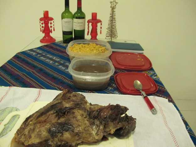 Antes de ser fatiada, a paleta na mesa com o molho servido separadamente e a farofa ao fundo... Delícia!