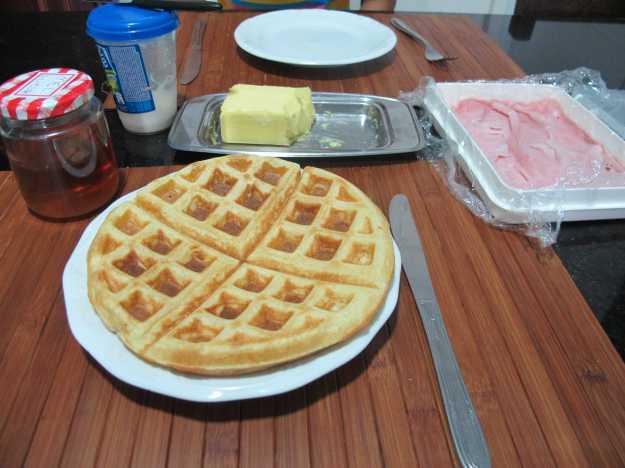 Waffle pronto, manteiga, mel, presunto, requeijão... combinações para o seu café...