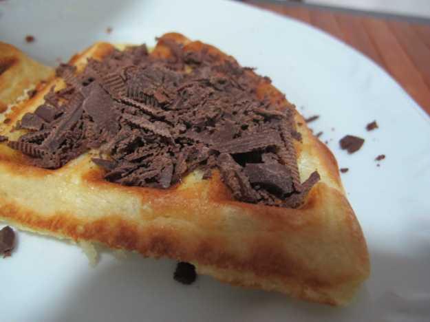 Raspas de um bom chocolate derretem só no calor do próprio waffle..