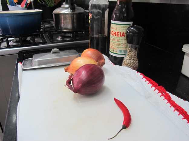 Cebolas, pimenta, manteiga, cachaça, balsâmico... Tudo separado para a sua receita...