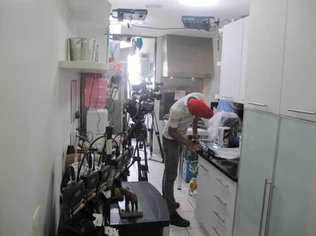 Impressiona a quantidade de equipamentos na cozinha... Estrutura incrível..
