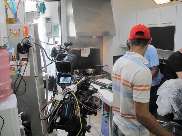 Lá no fundo o fogão.. a produção cuida de todos os detalhes: decoração, cores, posicionamento..