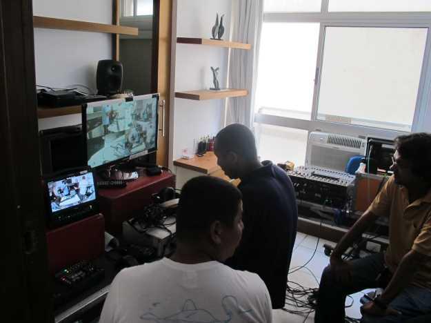 O quarto foi tomado por caixas, telas, monitores, fios, cabos.. incrível demais a produção..