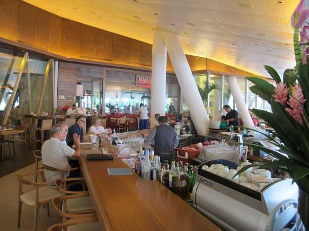 No centro do complexo Lagoon, um bar faz parte da área comum e fica de frente para a entrada dos restaurantes..