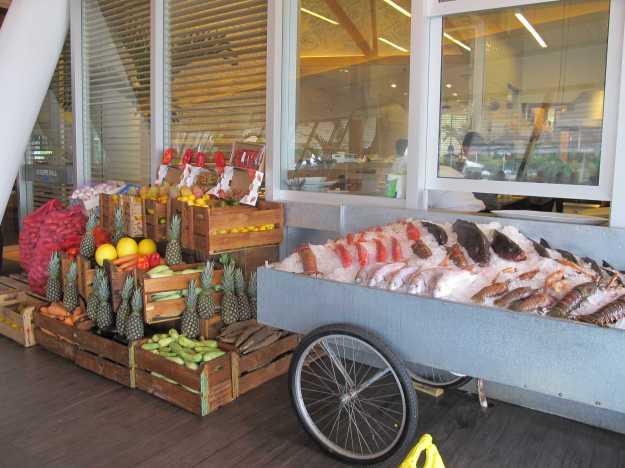 O carro com peixes fresquíssimos além de frutas e vegetais do Giuseppe Grill Mar faz parte da decoração.. O cliente escolhe o peixe e paga por quilo..