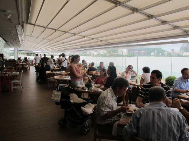 A varanda é sempre a área mais concorrida em função da bela vista... É neste espaço que você pode pedir pratos de todas as casas..
