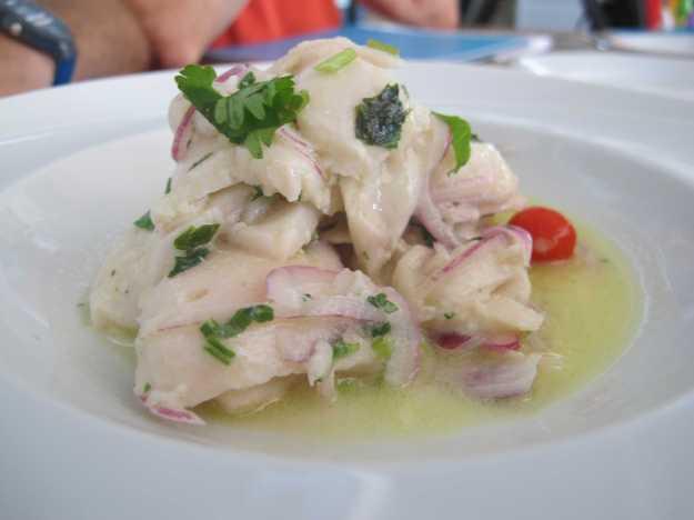 Ceviche de peixe branco com cebola roxa e pimenta biquinho.. No ponto certinho.. Só faltou a lima..