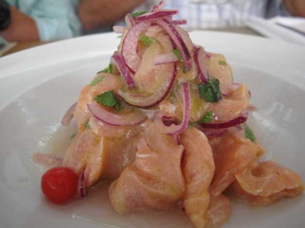 O ceviche de salmão levava os mesmos ingredientes, mas estava bem inferior.. Os sabores estavam sem harmonia..
