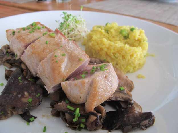 O melhor prato da noite.. Atum fresco e saboroso, cogumelos no ponto certo e quinoa bem diferente...